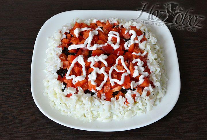 Куриные белки измельчаем кубиками или трем на терке. Украшаем белками боковые части салата
