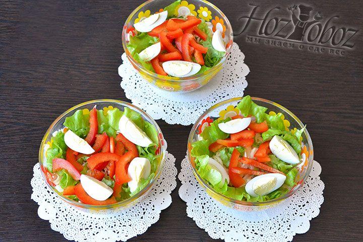 Выкладываем яйца и перец в салатник