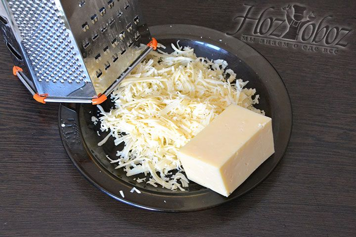 Потрем твердый сыр на крупной терке