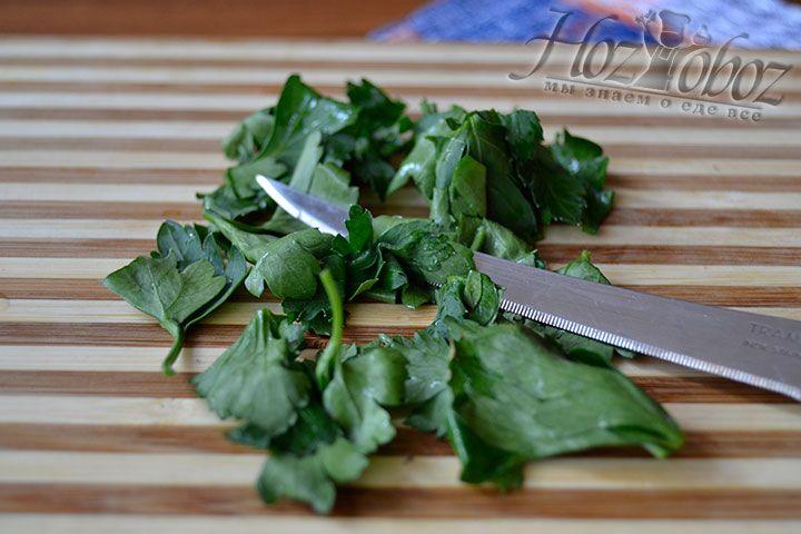 Отделите от веточки листья петрушки