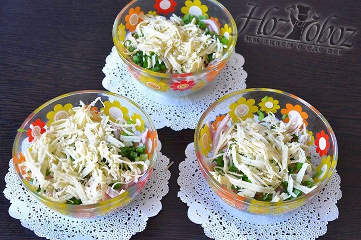 Обильно посыпаем сыром имеющиеся в салатниках ингредиенты