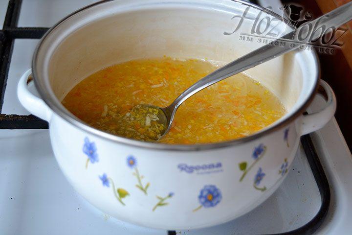 Варите на медленном огне сладкую воду с цедрой лимона и апельсина, пока сахар полностью не растворится