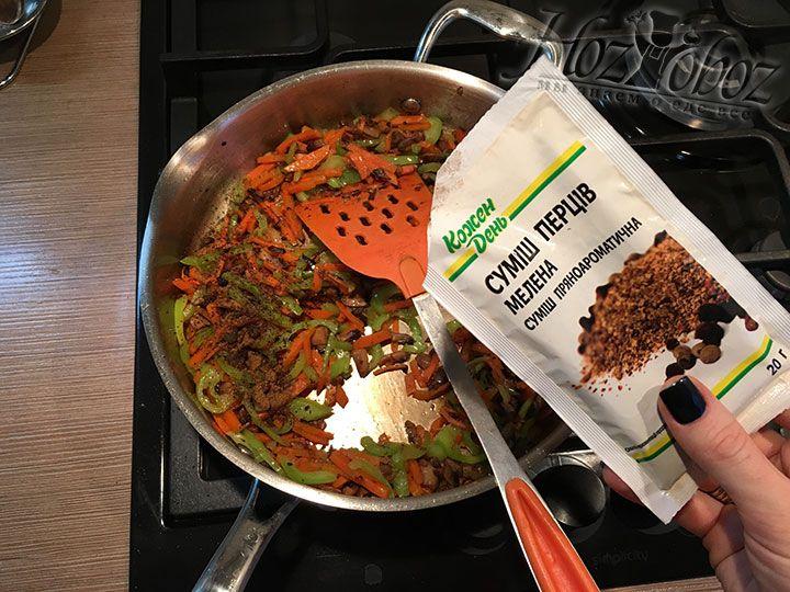 Не забудьте добавить в начинку специи и травы по вкусу, а пока она остынет займемся тестом