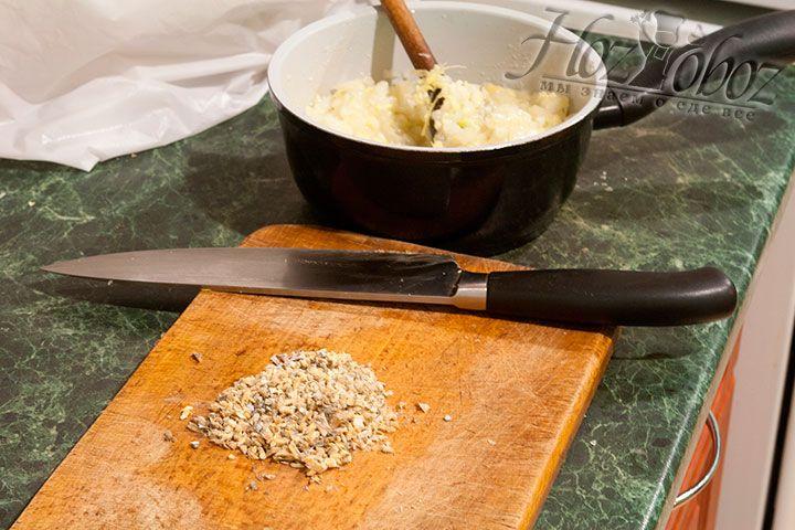 Мелко нарезаем сушеных анчоусов