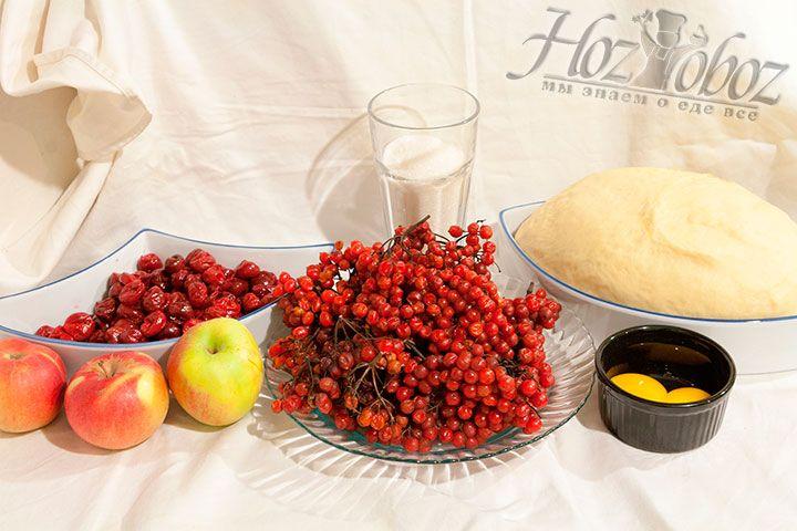 Приготовим для пирога сладкое тесто на дрожжах, желтки для смазывания, фрукты и ягоды для начинки