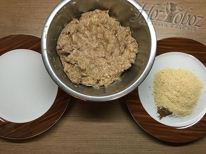 С одной стороны от миски помещаем воду, а с другой заправленные солью и специями сухари для панировки