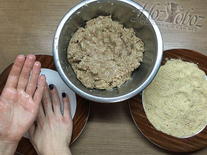 Чтобы фарш не лип к рукам, намочим ладони в одной из тарелок