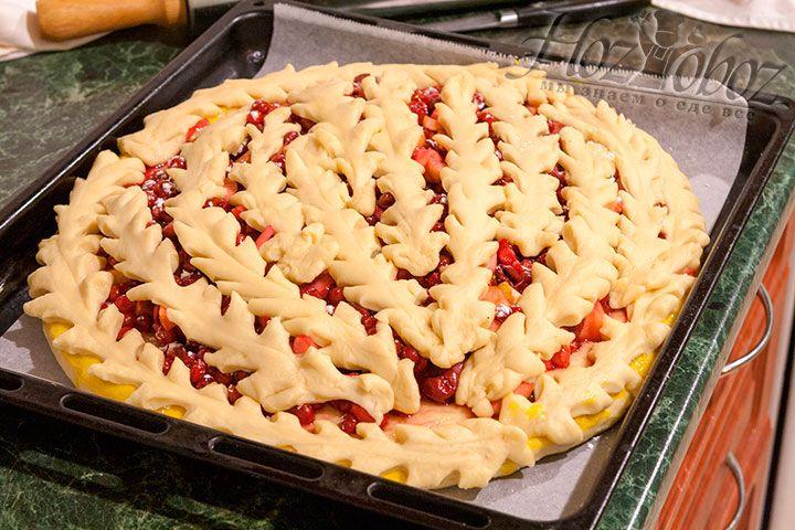 Украшаем пирог с калиной