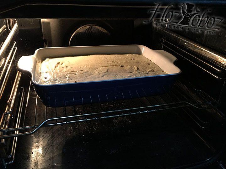 Как только духовка нагреется до нужной температуры отправляем в нее бабку примерно на 40 минут
