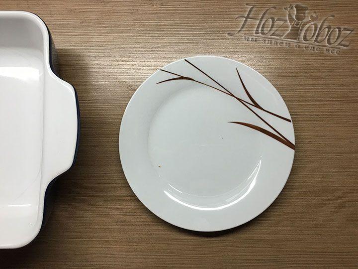 В тарелку наливаем немного воды и достаем жаростойкую форму для запекания зраз