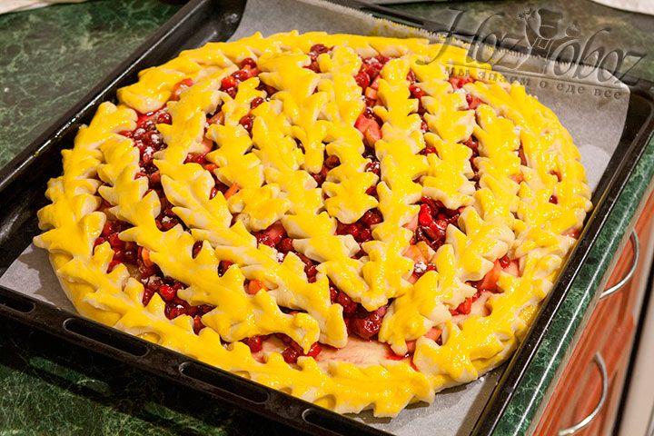 Смазываем желтком все украшения пирога
