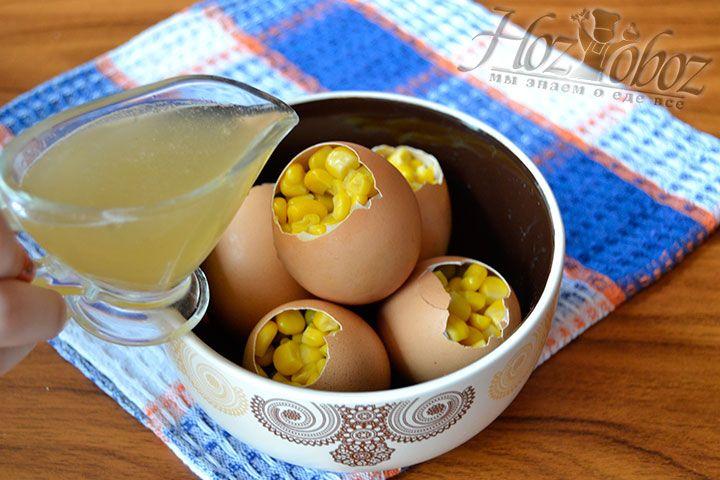Залейте формы с ингредиентами смешанным с желатином куриным бульоном и поместите в холод на 120 минут