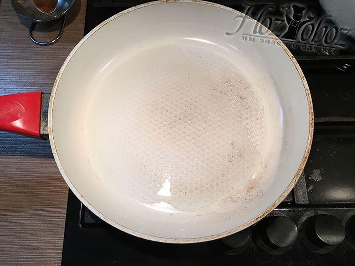 Помещаем на огонь сковороду у которой есть крышка и разогреваем в ней растительное масло