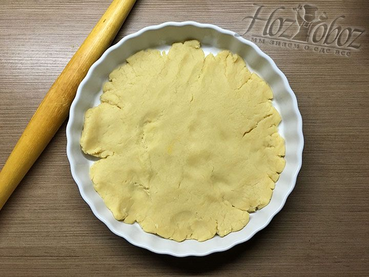 Готовое тесто раскатываем скалкой по размеру дна формы