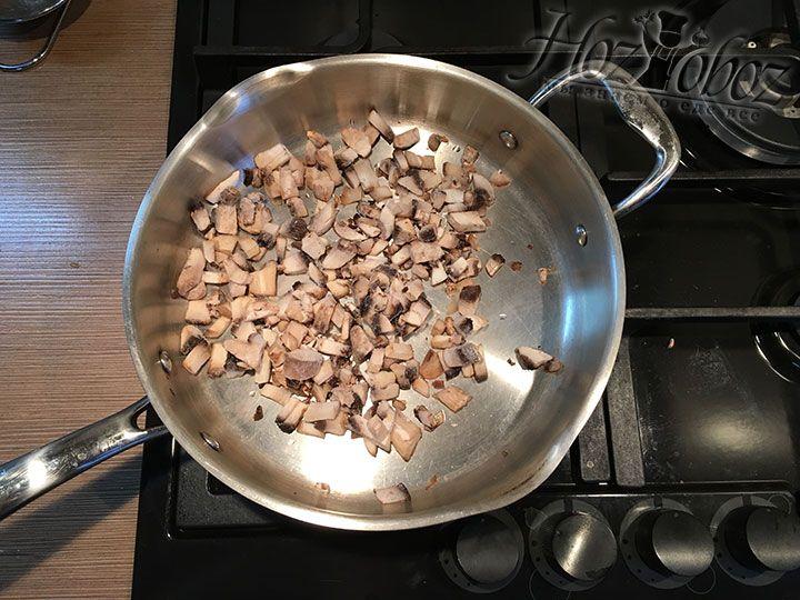 Нарезанные грибы высыпаем на разогретую сковороду