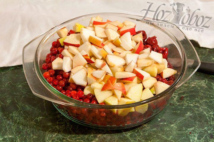 Калина, вишня и яблоки в кастрюле для термообработки