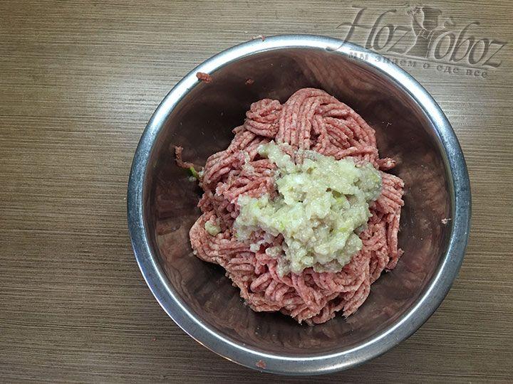 С помощью мясорубки дважды измельчаем мясо и добавляем к нему перекрученную луковицу