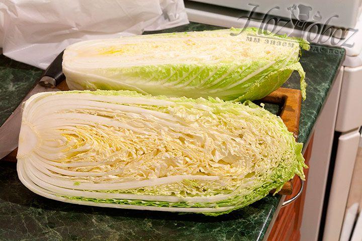 Разрежем капусту на две продольных части