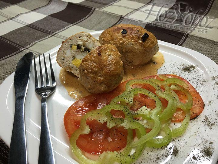 Готовые зразы можно помещать на тарелки и подавать с гарниром или ароматными свежими овощами. Приятного всем аппетита!