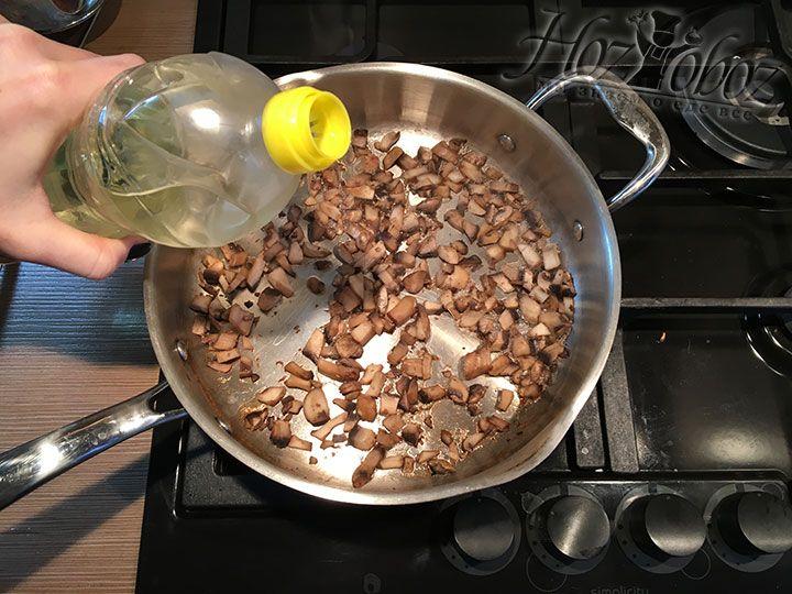 Так как грибы следует жарить на растительном масле, наливаем его в сковородку