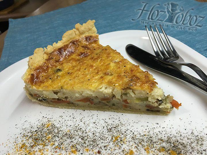 Готовый овощной киш разрезаем и подаем на стол. Всем приятного аппетита, поверьте, это очень вкусно!