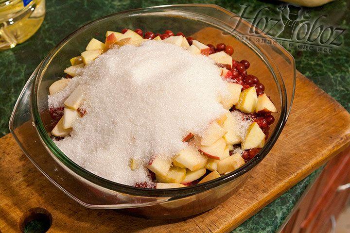 Всыплем сахар во фруктово-ягодную начинку