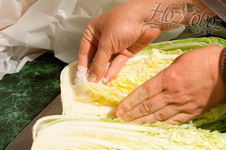 Хорошенько просолим каждую половину капусты