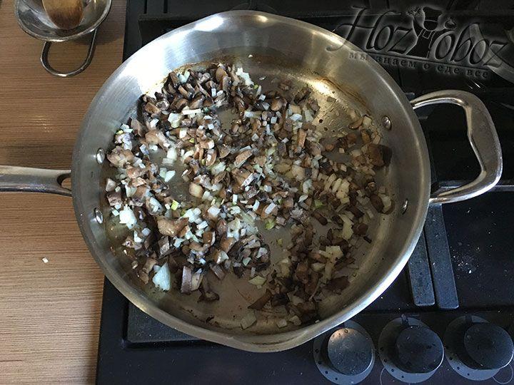 Лук нарезаем помельче и отправляем в сковородку с грибами пассироваться