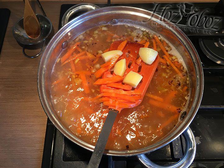 Зажарку отправим в суп сразу как только сварится картофель