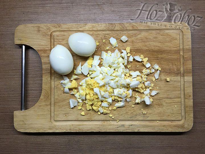 Яйца варим в кипятке около 7 минут, чистим и нарезаем