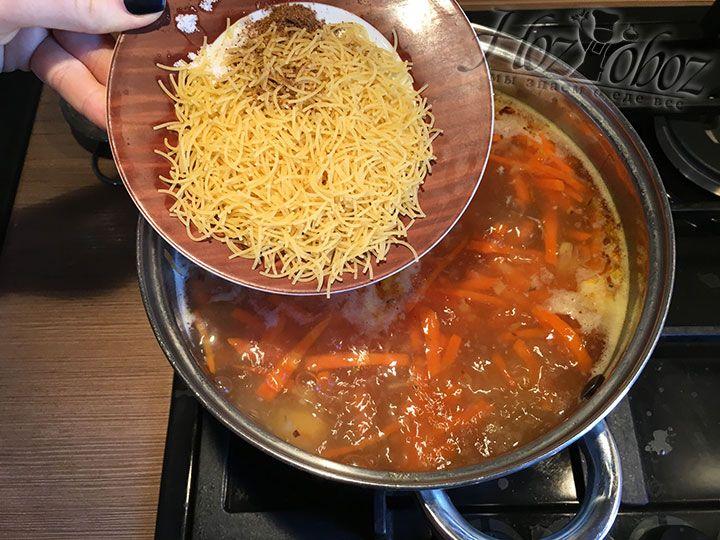 Вслед за обжаренными овощами насыпаем в суп вермишель, соль и приправы по вкусу