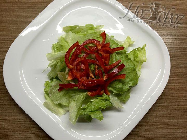 Нарезанный перец помещаем на кусочки зеленого салата