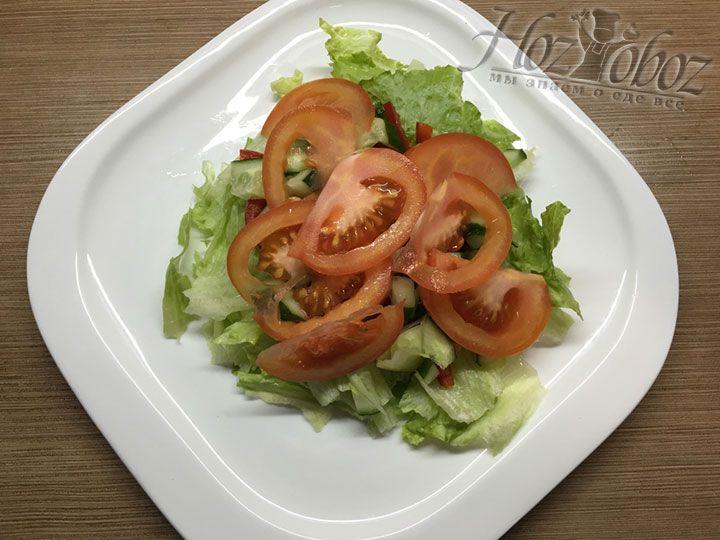 Помидор отправляем в салат, аккуратно размещая дольки
