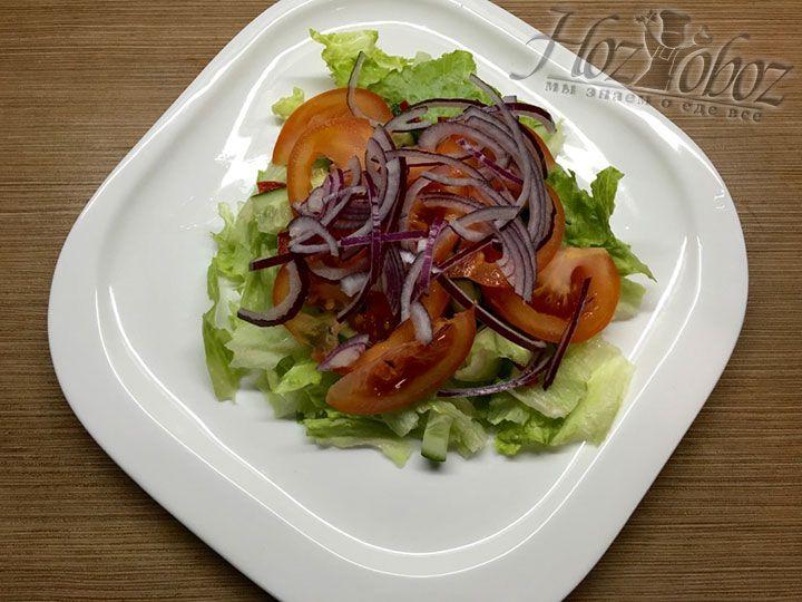 Лук по примеру остальных ингредиентов тоже отправляем в тарелку с салатом