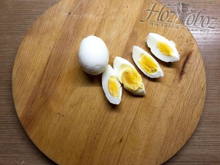Варим яйцо около 7 минут, затем очищаем от кожуры и разрезаем на 4 части