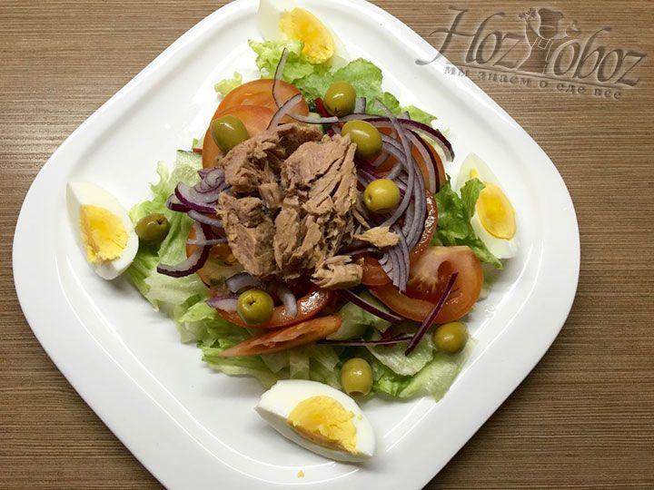 Яйцо перекладываем в тарелку с салатом