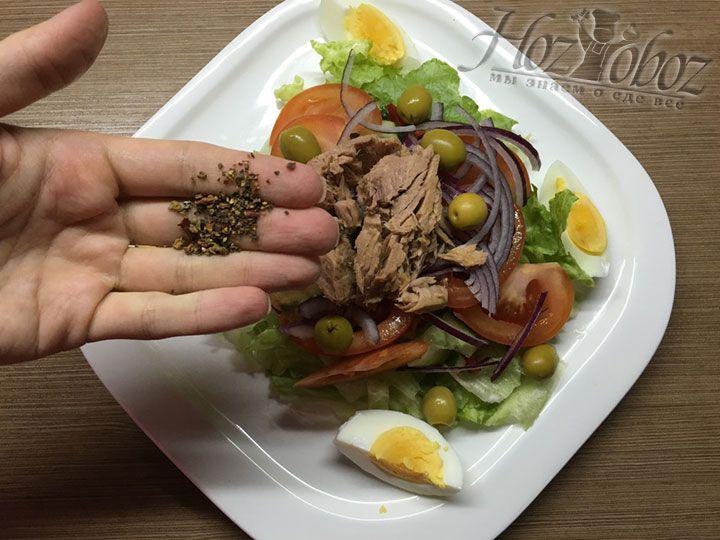 Посыпаем салат смесью ароматного молотого перца