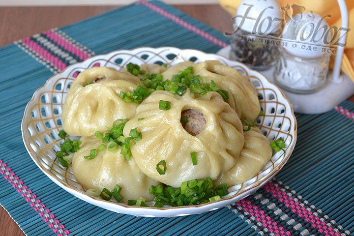 Бурятские позы готовы! Снимем на блюдо, посыпем зеленым луком и подадим к обеду. Приятного аппетита