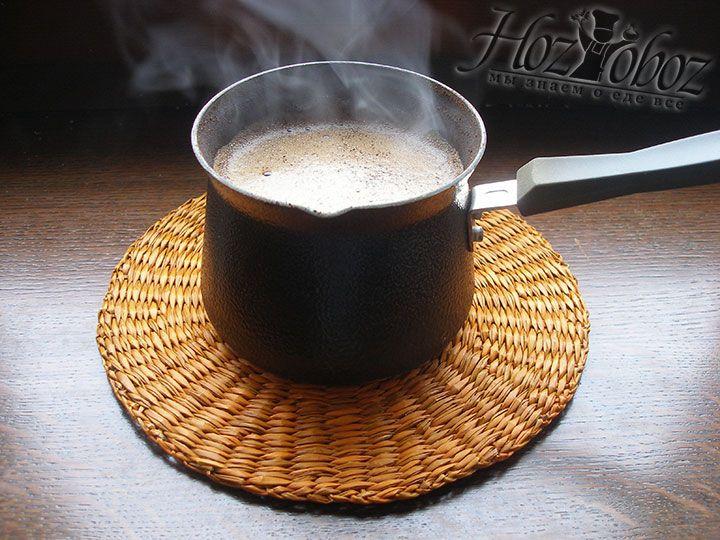 Завараиваем крепкий эспрессо: в кофе машине, турке или чашке. Оставляем кофе остывать
