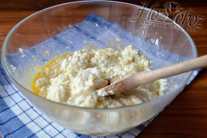 Интенсивно смешивайте компоненты десерта до момента их превращения в однородную массу