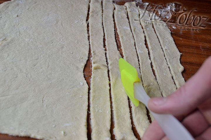 Разрежьте тестообразный пласт на множество полосок с шириной 4-5 см