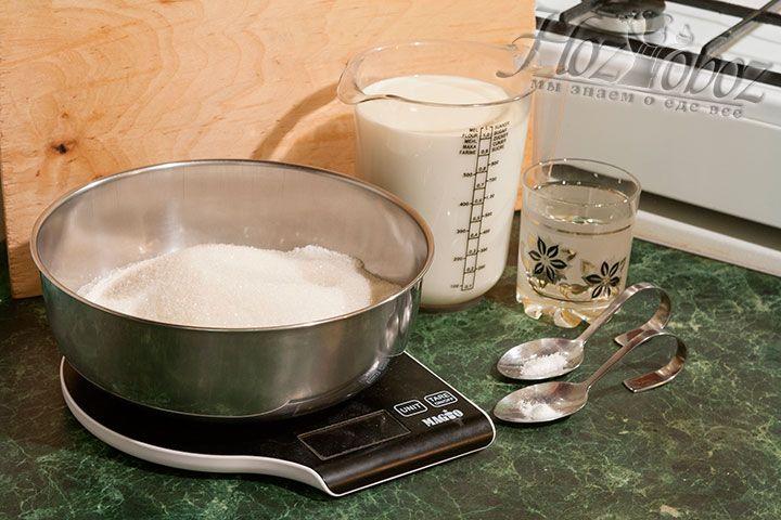 Продукты для приготовления домашней сгущенки: молоко, сахар, соль, сода пищевая
