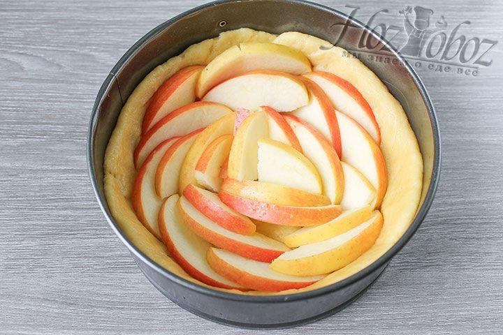 Дольки яблок выкладывайте по своему вкусу, следуя фантазии