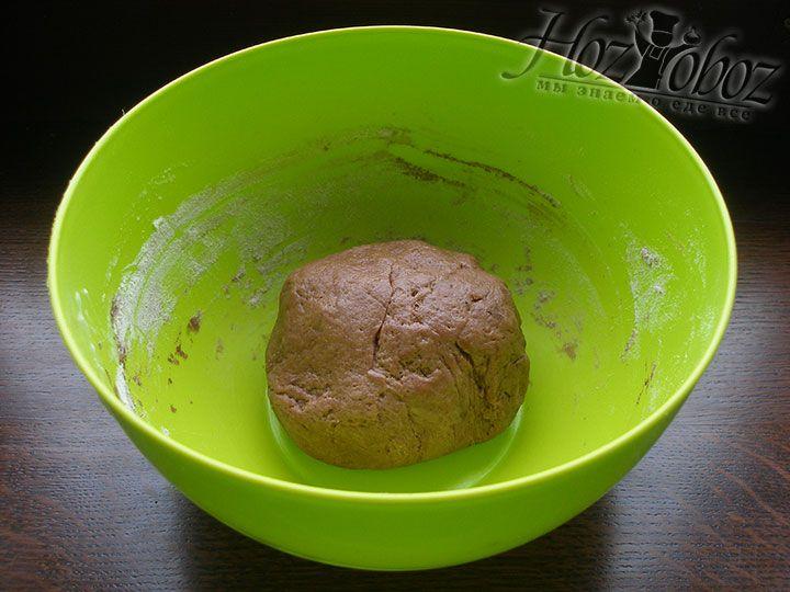 Месим тесто, оно должно получится эластичным и мягким и ни в коем случае не липнуть к рукам
