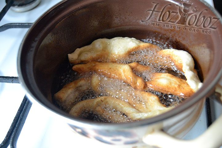 Поместите на 60 секунд печенье в наполовину готовом состоянии в кастрюлю с хорошо разогретым маслом