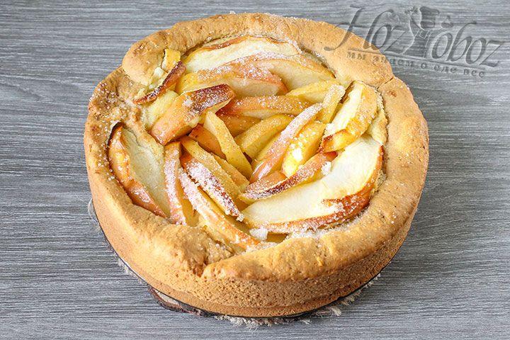 При выпекании пирога следите за его поверхностью, чтобы она не подгорела