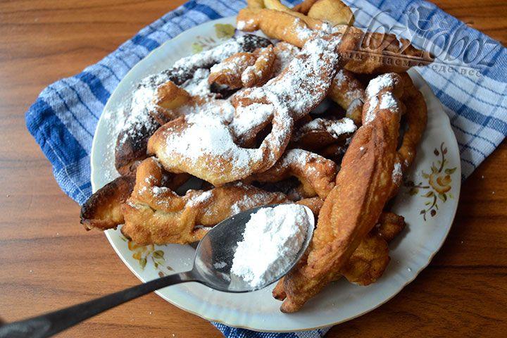 Поместите печенье на столовую салфетку и снабдите десерт сахарной пудрой