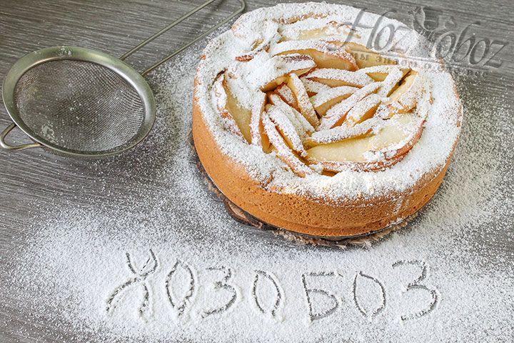 Сахарной пудрой пирог лучше всего посыпать, используя небольшое ситечко