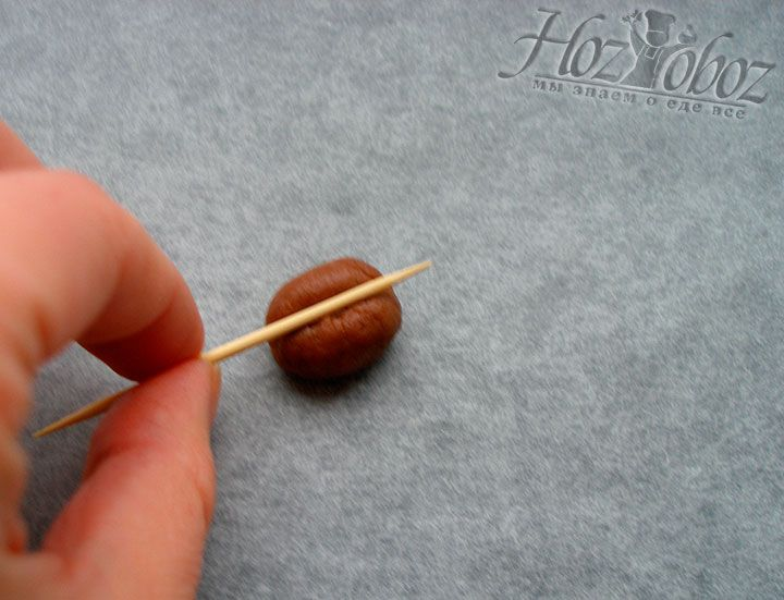 С помощью деревянной зубочистки делаем на овалах глубокие полоски и придаем им вид кофейного зернышка