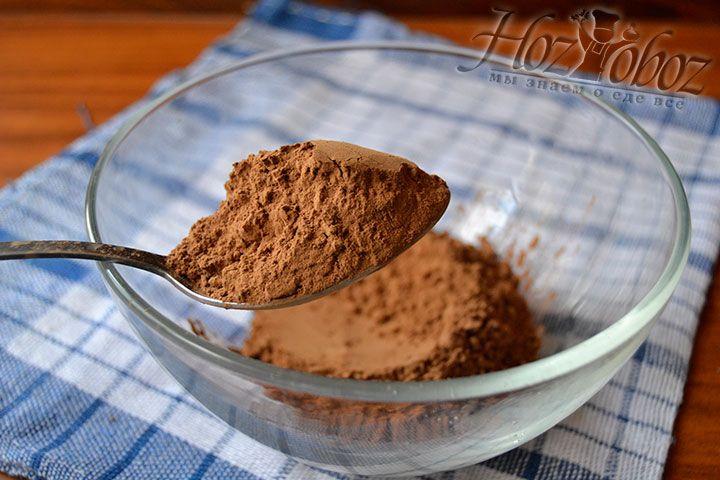 Высыпьте какао-порошок в емкость с высокими стенками